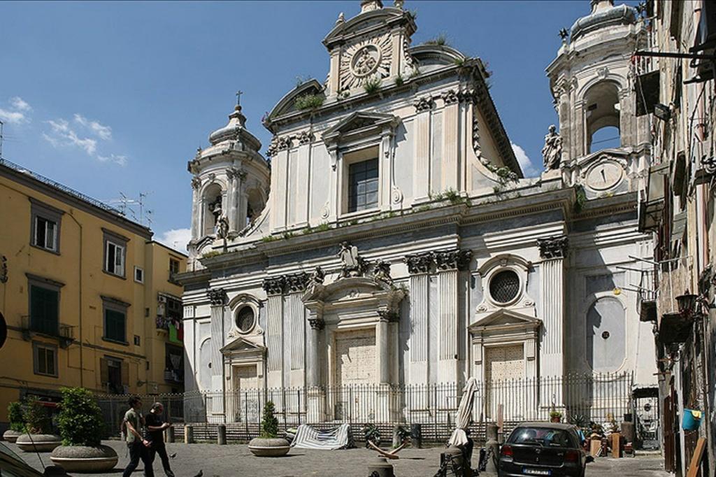 """Неаполь. Пио Монте делла Мизерикордия. Начало XVII века. Построена Неаполитанским благотворительным обществом. Главное сокровище церкви - работа Караваджо: """"Семь дел милосердия""""."""