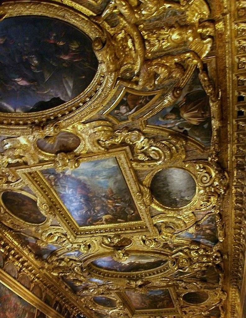 Образец золотого декора потолков во Дворце Дожей, что в прямом смысле давит на голову. Выбор очевиден: лучше пойти направо - туда, где ожидают страшные тайны...
