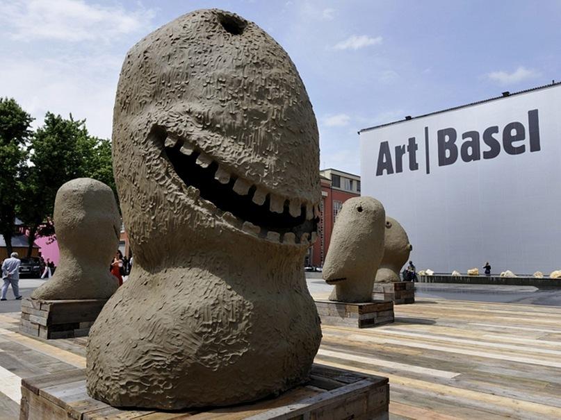 """Реклама, оповещающая об открытии очередной выставки-ярмарки, известной всему миру под названием """"Арт-Базель"""". Почему-то все, виденные мною рекламы, очень агрессивны..."""