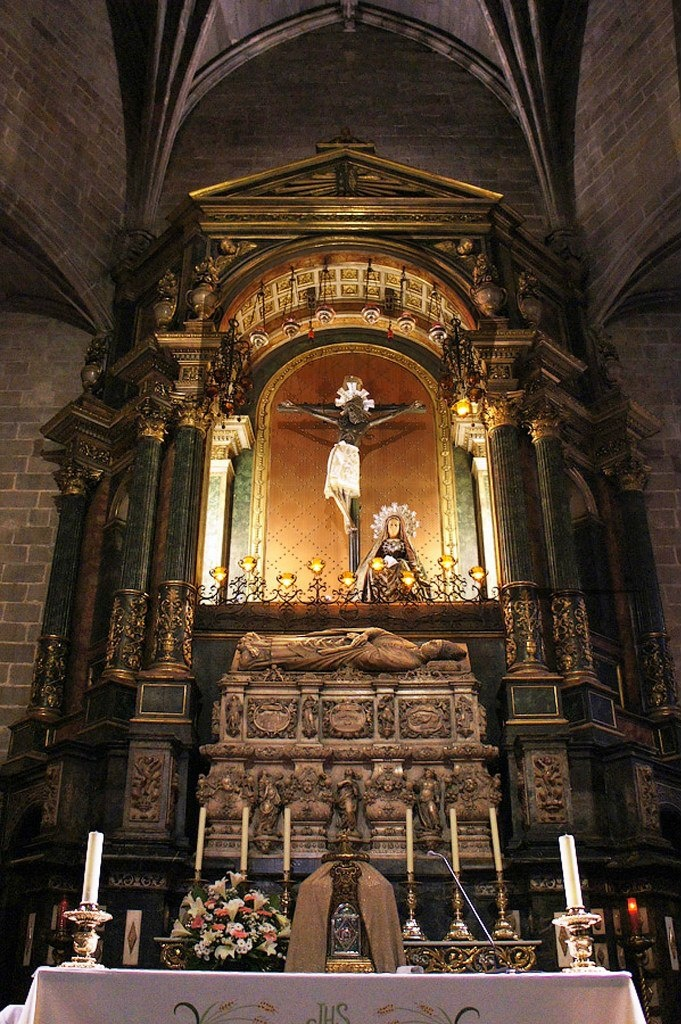 Слева от входа в Собор - одна из его святынь: деревянное распятие, носящее название «Христос из Лепанто»...