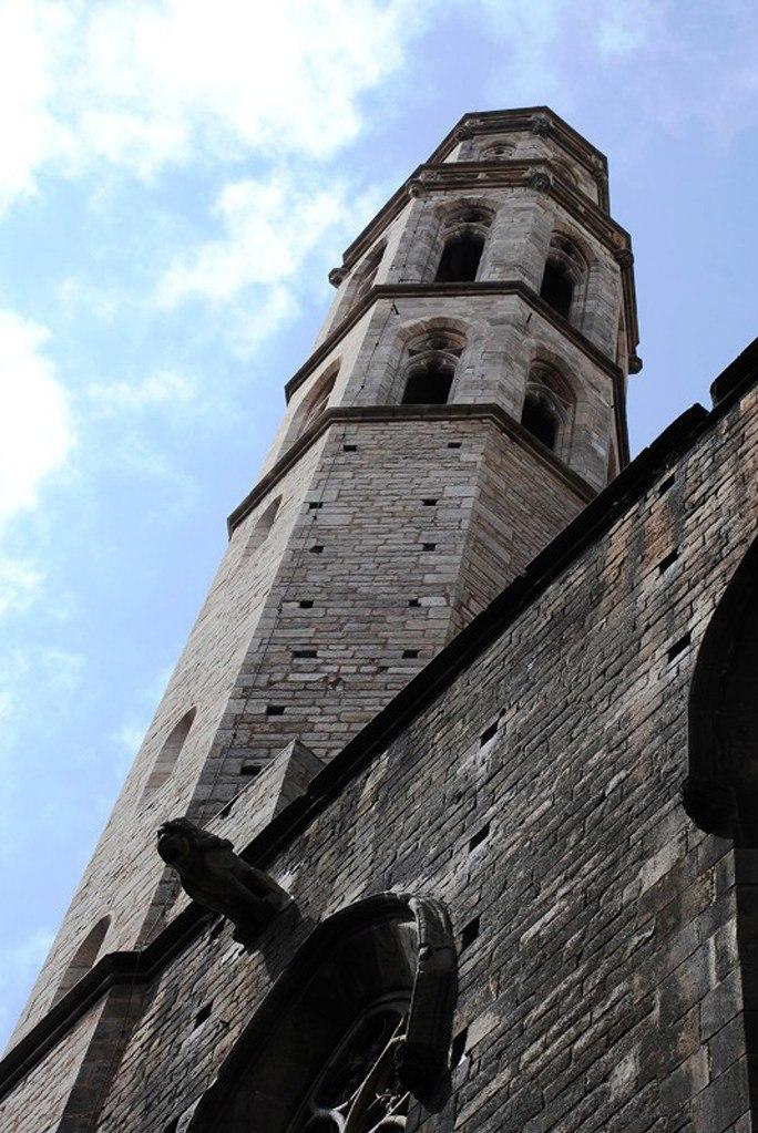 Церковь Санта-Мария-дель-Мар. Одна из двух башен-звонниц и продольная стена базилики с горгульями и окнами-витражами. По архитектуре видно: церковь сочетает романский стиль и готику. Фото М. Бреслав.