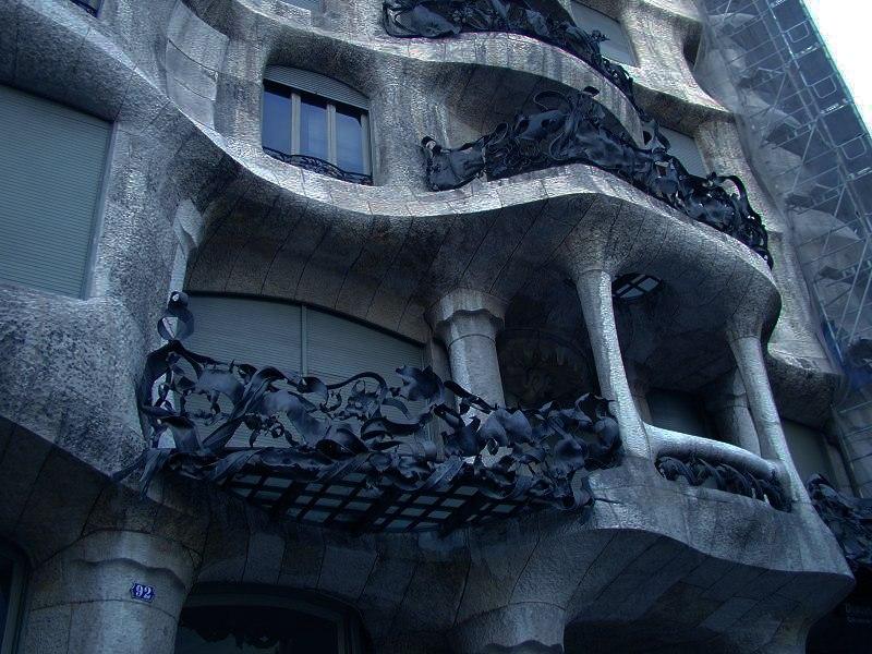 Барселона. Антонио Гауди. Каса Мила - дом семейства Мила. (1906—10). В 1984 году дом Мила стал первым из сооружений XX века, включённых в Список Всемирного наследия ЮНЕСКО.