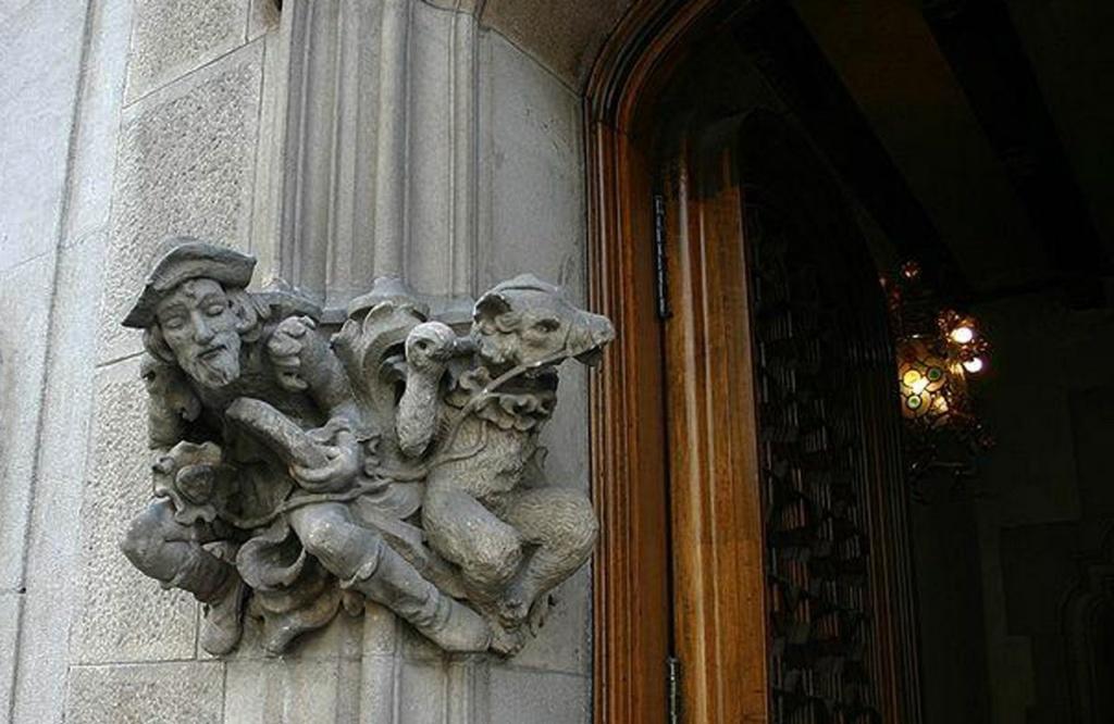 Каса Амалье. Скульптурная группа на портале. Уличный танцовщик с друзьями - гусем и конем.