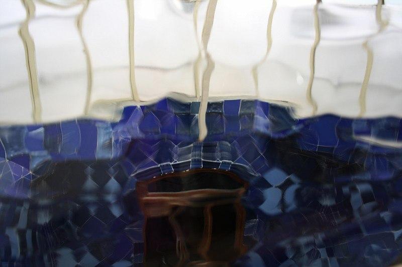 Барселона. Каса Бальо. Антонио Гауди. 1906. И ограждение балконов выполняется из рифленого стекла, благодаря чему поверхность стен двора кажется струящейся.