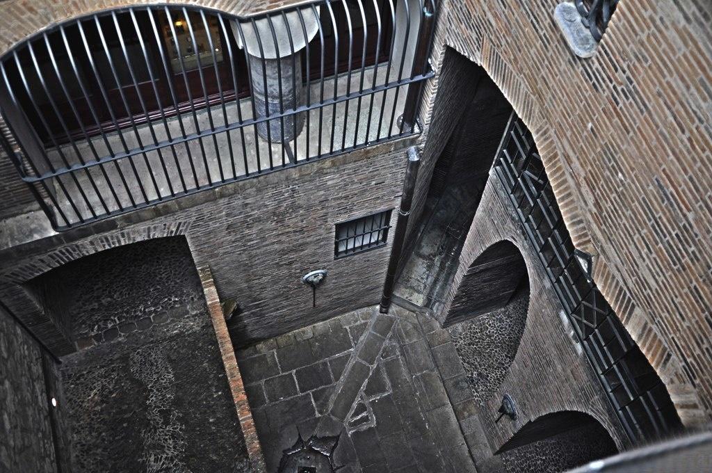 Дворец Гуэля. Бышие конюшни. Световой двор между резиденцией и подсобными помещениями на подвальном (цокольном) этаже. Слева - переходной мост на уровне первого этажа Дворца.