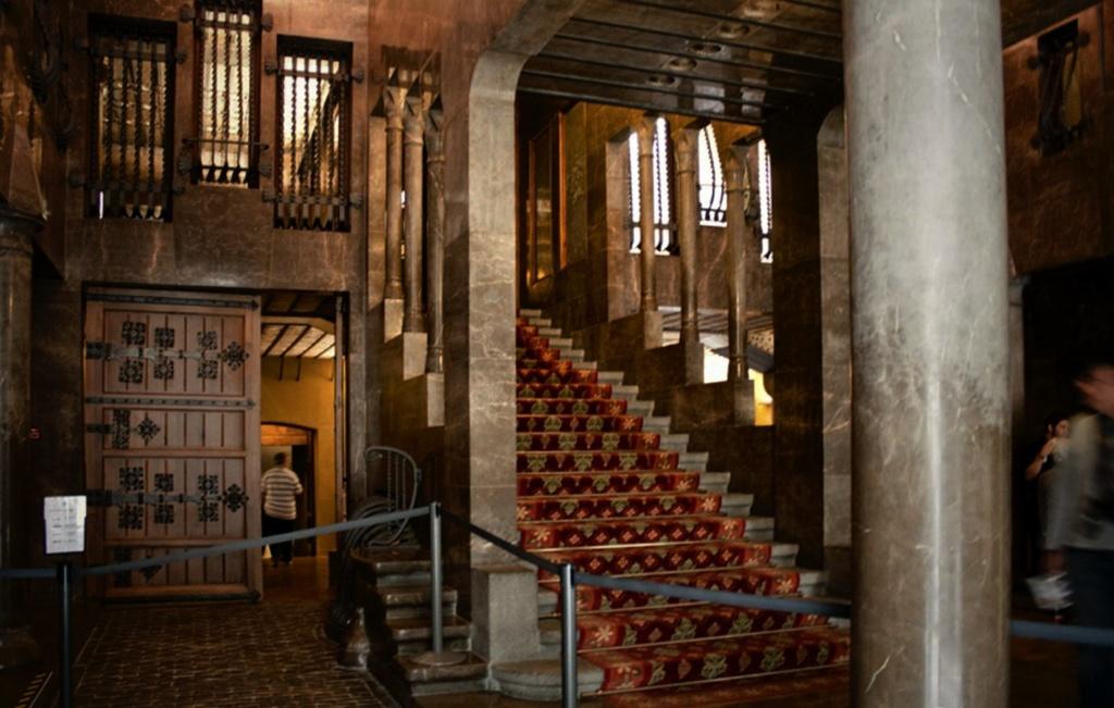 Дворец Гуэля. Левая (относительно Парадной лестницы) вестибюльная часть Дворца со служебными помещениями.