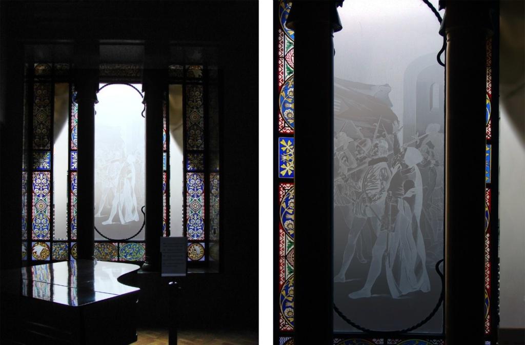 Барселона. Дворец Гуэля. Арх. Антонио Гауди. 1890 год. БЕЛЬЭТАЖ. Зал для закрытых совещаний (sala de confianza). Здесь сохранились интересные витражи - прозрачные картины, обрамленные орнаментами из растительного и животного мира.