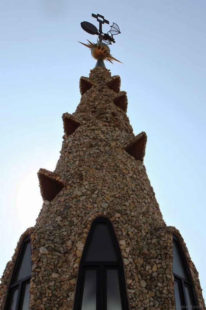 Высота шпиля - 16 метров.  От земли он поднимается ввысь на высоту более 36 метров. Облицован боем из песчаника. Состоит из трех уровней. В верхнем идут по спирали вентиляционные отверстия под козырьками. В среднем уровне - параболические окна.