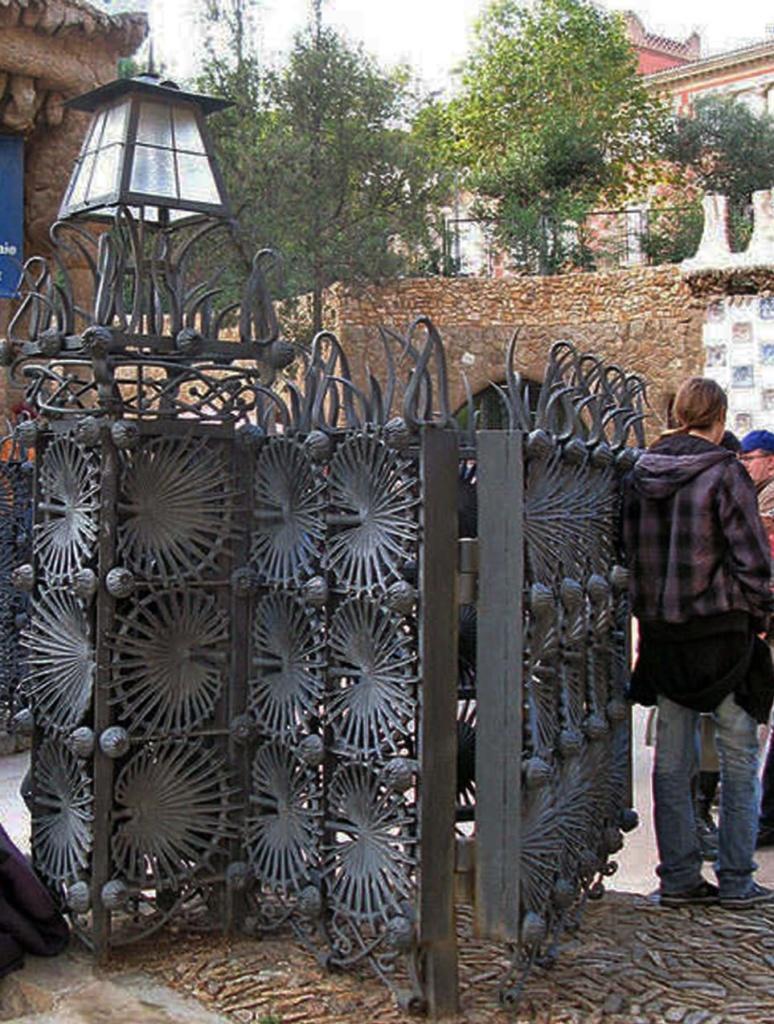 """Окраинная Барселона, район Кан-Мунтанер-де-Далт. Улица Улот. """"Город-сад"""" на """"Лысой горе"""". Главные ворота открыты - входим."""