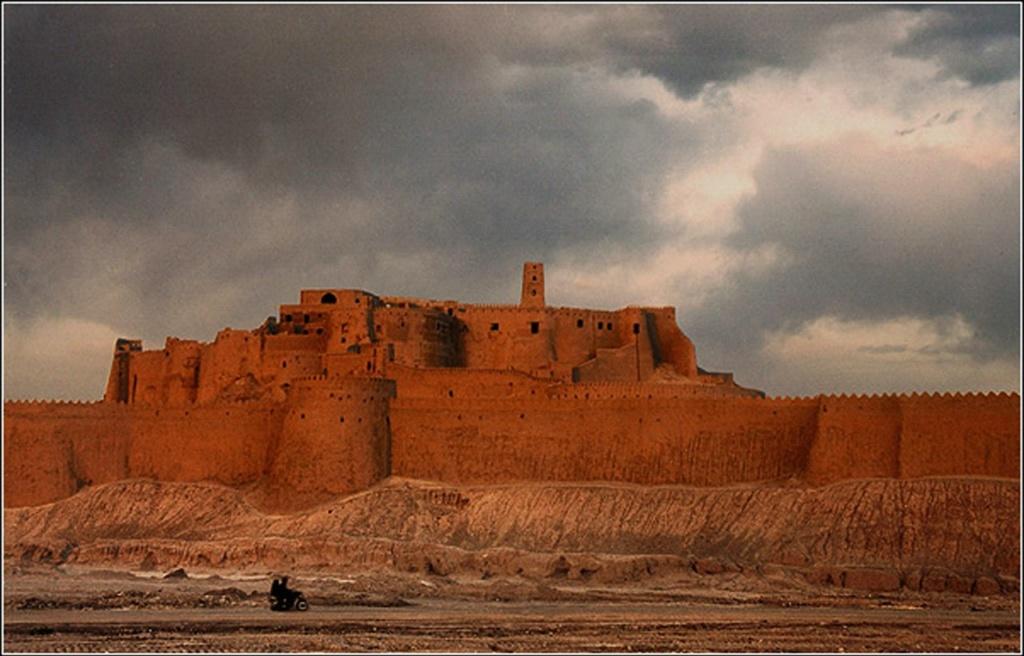 Жемчужина Ирана - древний город-крепость Бам (Арг-е-Бам) - лежит в 1260 км юго-восточнее Тегерана. Древнейший пласт цитадели составляет «Девичья крепость», которую начали возводить Сасаниды еще в VII веке нашей эры.