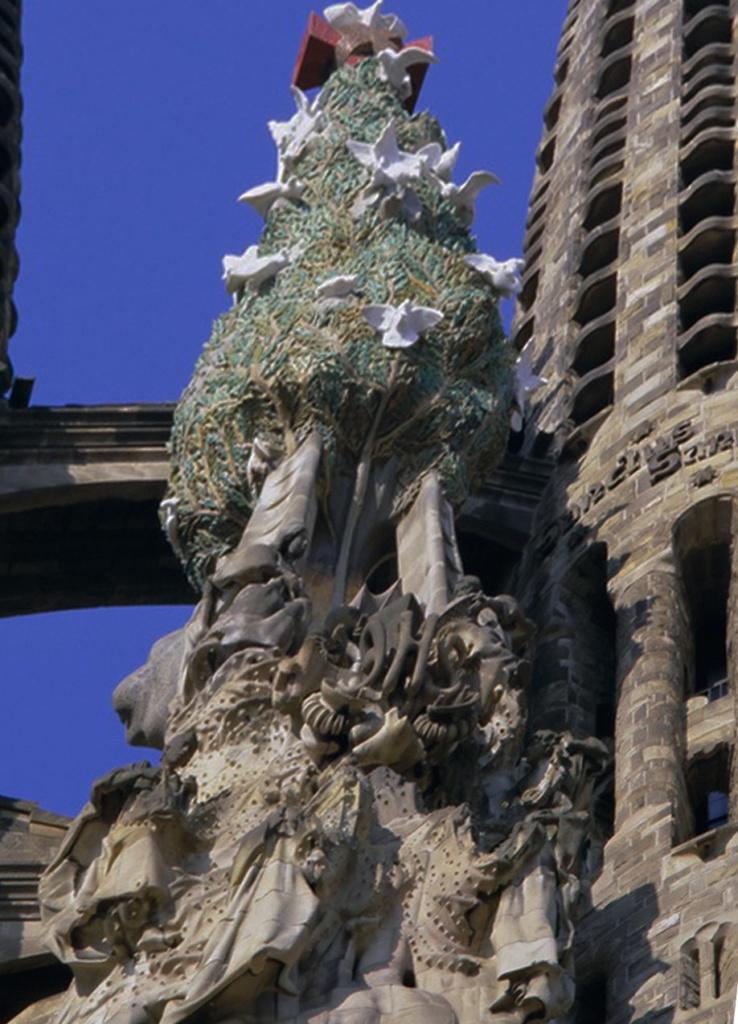 Кипарисовое дерево в окружении птиц символизирует церковь и её паству.