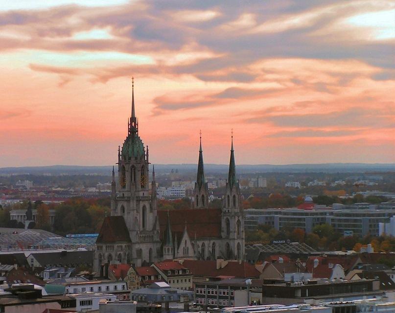 Столица Баварии Мюнхен, что, как положено столичному граду, тесно связан с историей баварских королей. А потому, в нем есть все: Готика и Неоготика, Барочные ансамбли, Классицизм и Неоклассицизм...