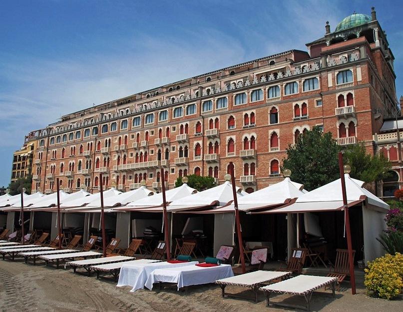 """Гранд-отель """"Эксельсиор"""" отведен под проведение Венецианского кинофестиваля. Густав фон Ашенбах остановился в """"Grand Hotel des Bains"""" неподалеку."""
