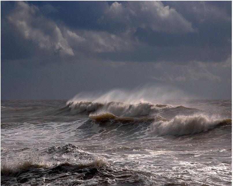 Портрет Сирокко - ветра удушающего, обжигающего, порой достигающего штормовой силы, действующего на людей угнетающе даже до того, как с ними начнет расправляться занесенный им Мор...
