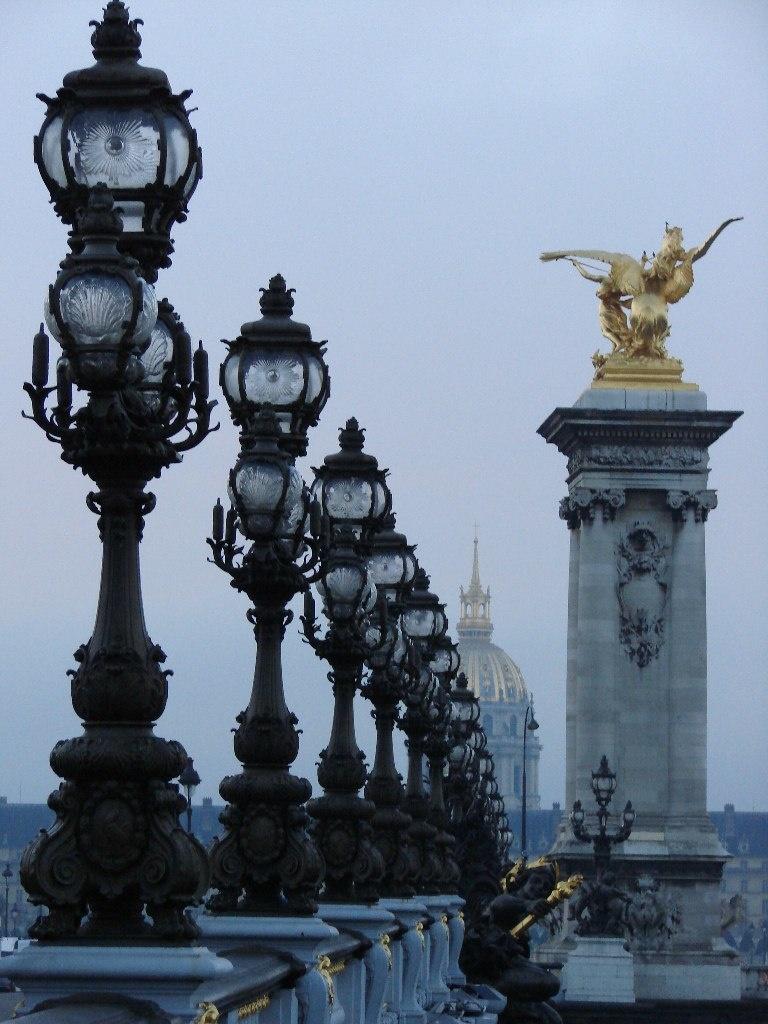 В центре мостовых арок расположены нимфа Сены с гербом Франции и нимфа Невы с гербом императорской России, обе выполнены из меди Ж.Ресипо.