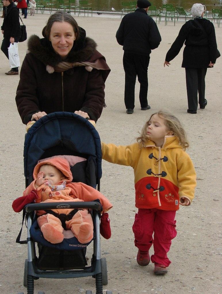 Семейство движется в сад Тюильри...