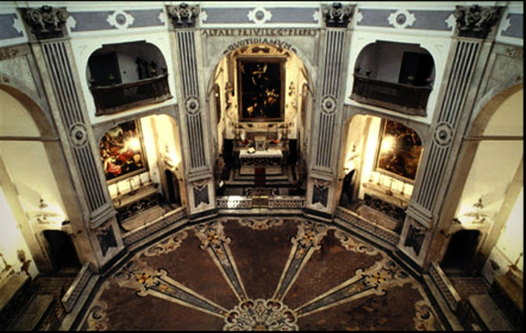 Неаполь. Церковь Пио Монте делла Мизерикордия. Главный зал построен по типу Римского пантеона - представляет собой круглое пространство с подобием экседр. В центральной экседре-алтаре - картина Караваджо...