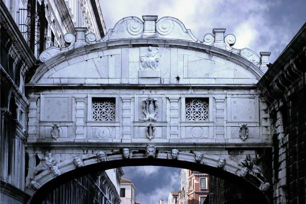 Мост вздохов в барочном стиле. Главное в декоре - звездчатые решетки, через которые осужденный последний раз может увидеть Венецию.