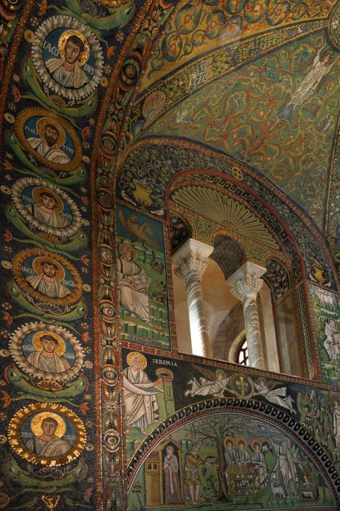 Базилика Сан Витале. Боковая сторона апсиды.
