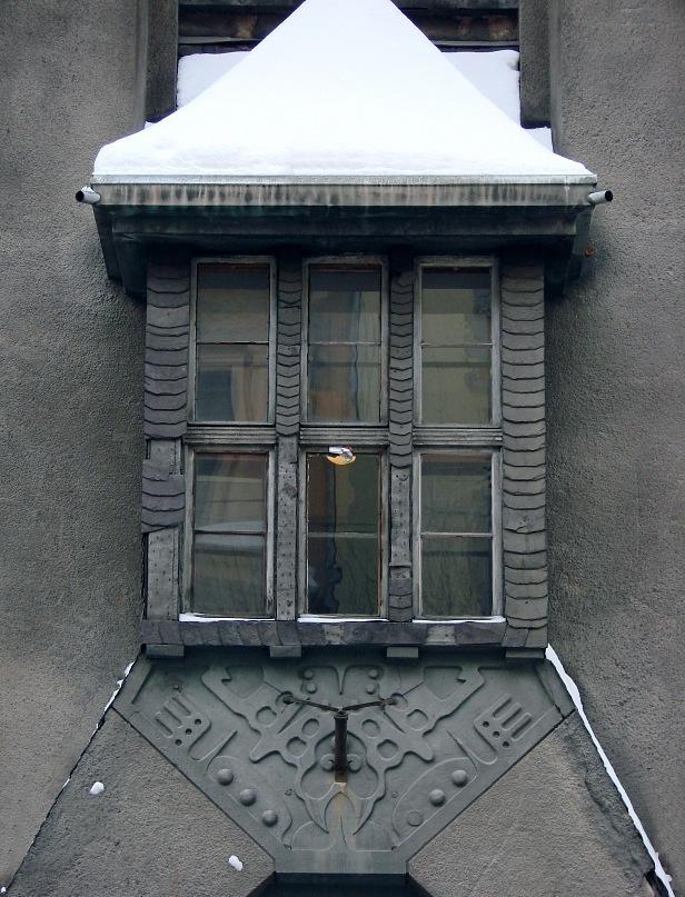 Рига, Доходные дома. Улица Альберта, дом 11. Арх. Эжен Лаубе. В общем плане - Северный модерн, по-лифляндски стиль называют Национальной романтикой. Фрагмент фасада. Фото Марины Бреслав