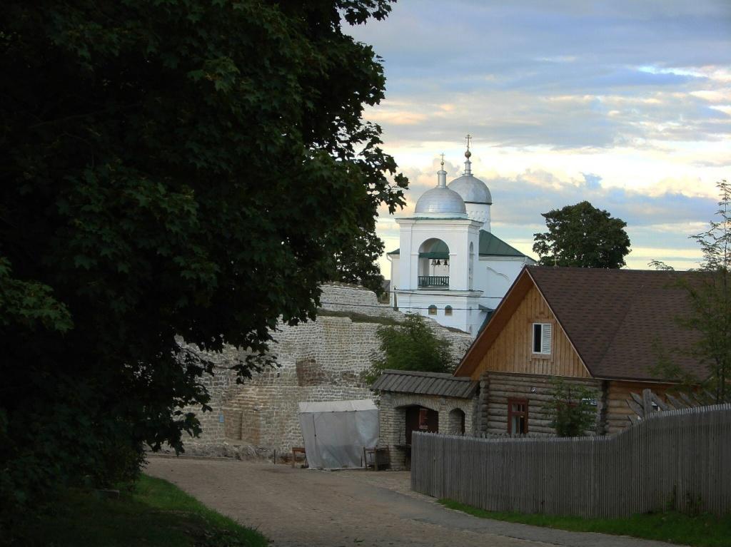 Подъезд к Изборской крепости с центральной улицы городка...