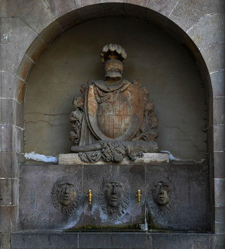 Источник чистой питьевой воды в Барселоне. Внизу - три красавца-аргонавта. Над ними - героические атрибуты Геракла: боевой шлем с плюмажем, щит, дубина с львиной шкурой и пальмовые ветви.