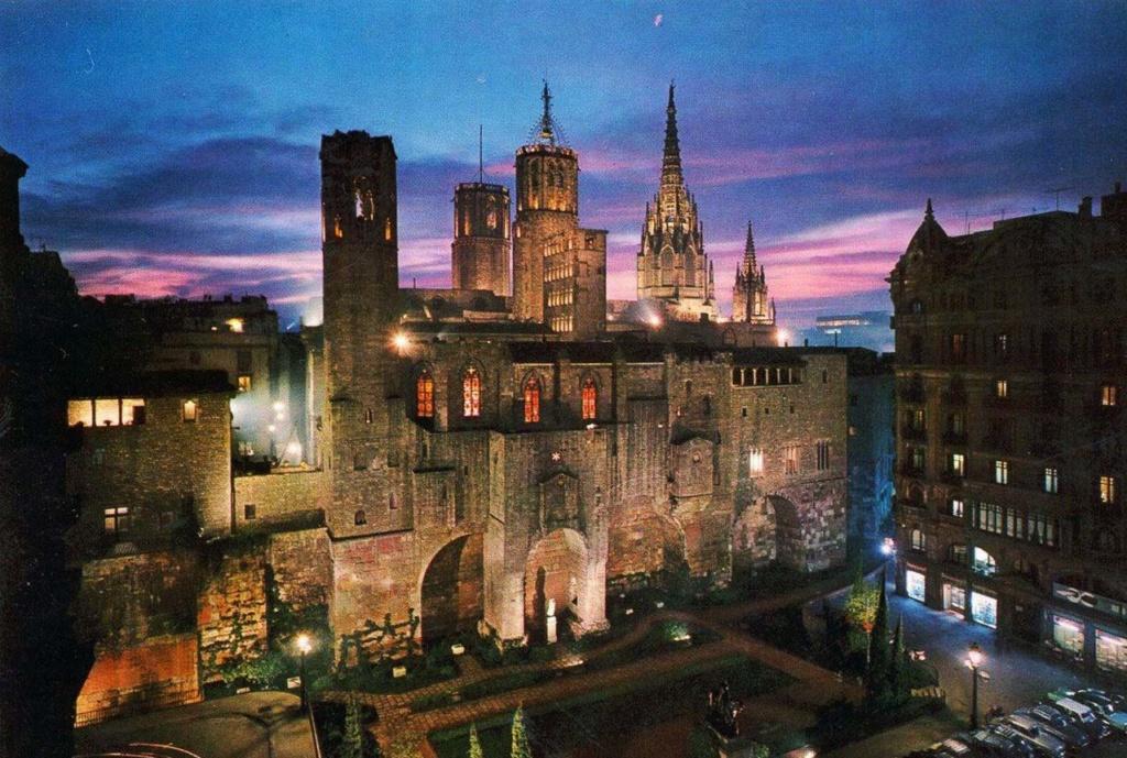 Пласа-дель-Рей, в переводе с каталонского Королевская площадь. На ней - Большой Королевский дворец, точнее - комплекс зданий определенного назначения, вобравший в себя все Средневековье.