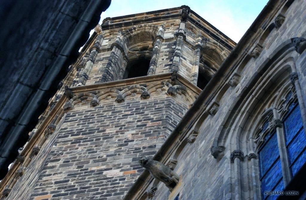 Барселона. Фрагменты романского Кафедрального собора, заложенного в 1298 году Рамоном Беренгером I и его женой Альмодис де Ла Марш. Строительство продолжалось по 1420 год.