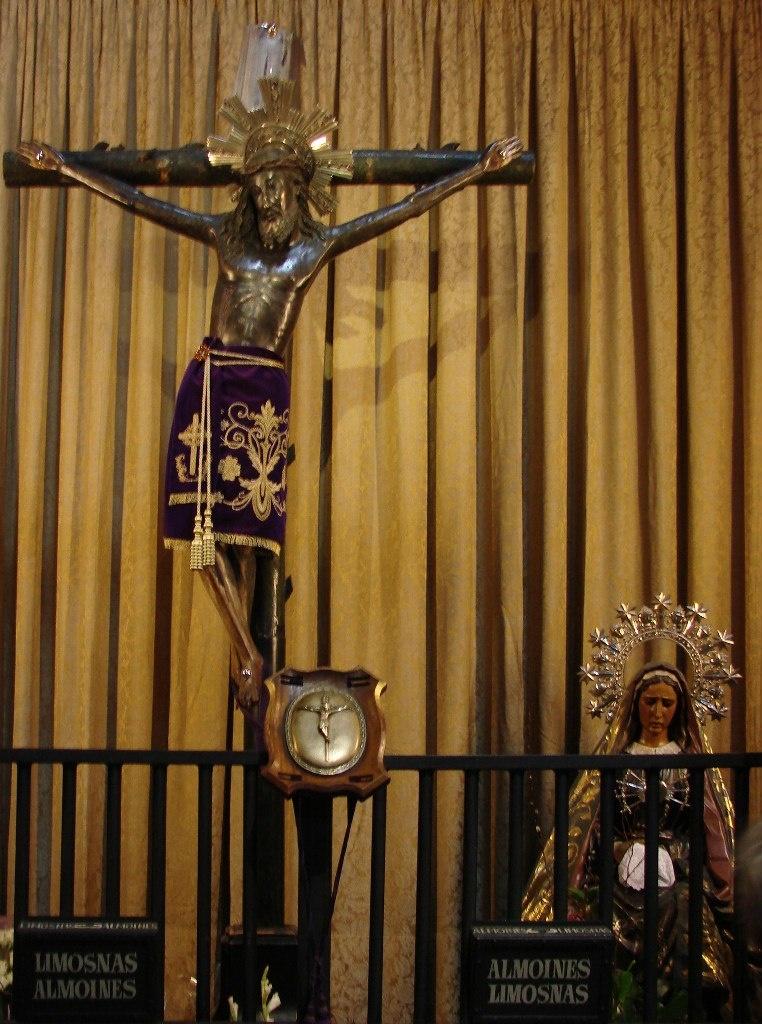 Кафедральный собор в Барселоне. Капитулярный зал. Деревянная скульптура Христа Лепантского, доставшаяся Собору в наследство от рыцарских времен.