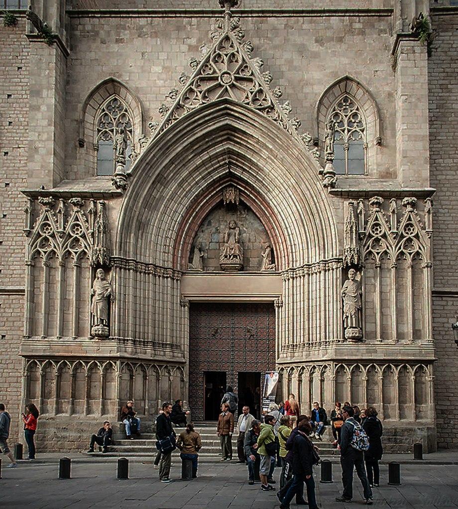 Церковь Санта-Мария-дель-Мар. Западный фасад церкви: центральный портал. В тимпане перспективной арки - фигура Христа. Справа и слева ниже - фигуры апостолов Петра и Павла. Архитектор - Беренджер де Монтагут (Berenger de Montagut).