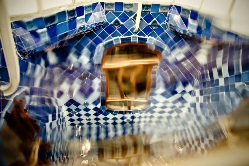 Барселона. Каса Бальо. Антонио Гауди. 1906. Иллюзорные отражения стен двора в рифленом стекле. Нет ни одной прямой линии. Двор живой - двор струится