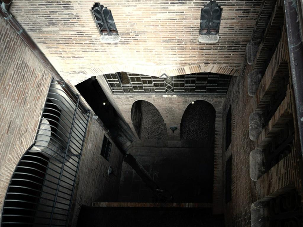 Дворец Гуэля. Бывшие конюшни. Световой двор между резиденцией и подсобными помещениями на подвальном (цокольном) этаже. Внизу - переходной мост на уровне первого этажа Дворца. Внутренний дворик также служил для вентиляции Конюшен