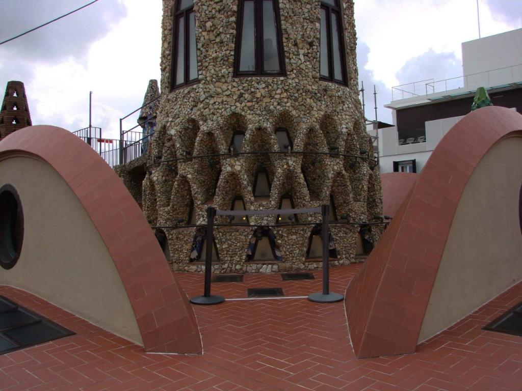 В нижнем уровне шпиля устроены небольшие параболические арки, что идут в шахматном порядке, скрывая тоже небольшие оконца для нагнетания света в купол Центрального зала.