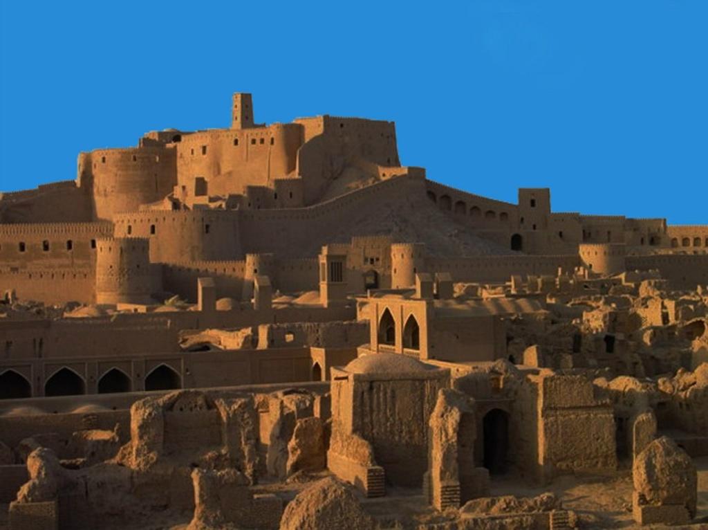Иранская пустыня. Древний город-крепость Бам (Арг-е-Бам). IX - XVIII века. Землетрясение 2003 года сильно повредило Бам. ЮНЕСКО, обеспокоенное состоянием цитадели, занесло Бам и его культурный ландшафт в число памятников Всемирного наследия.