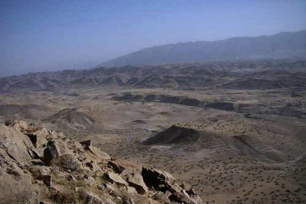 """""""В ожидании ночи Дрого разглядывал северную равнину. Из Крепости можно было видеть только небольшой треугольный участок пустыни, остальное загораживали горы. А теперь она просматривалась вся, до самого горизонта, как обычно затянутого пеленой тумана. Перед ним была ПУСТЫНЯ, усеянная обломками скал и кое-где покрытая лишаями низкого пыльного кустарника. Справа, далеко-далеко, чернела какая-то полоска – очевидно, лес. С флангов подступали цепи суровых гор. Среди них были и необыкновенно красивые – с высоченными отвесными склонами, с вершинами, побеленными первым осенним снегом. Но никто ими не любовался: и Дрого, и солдаты инстинктивно смотрели только на север, на унылую равнину, безжизненную и загадочную. Дрого чувствовал, как с приближением ночи душа его наполняется безотчетной тревогой""""."""