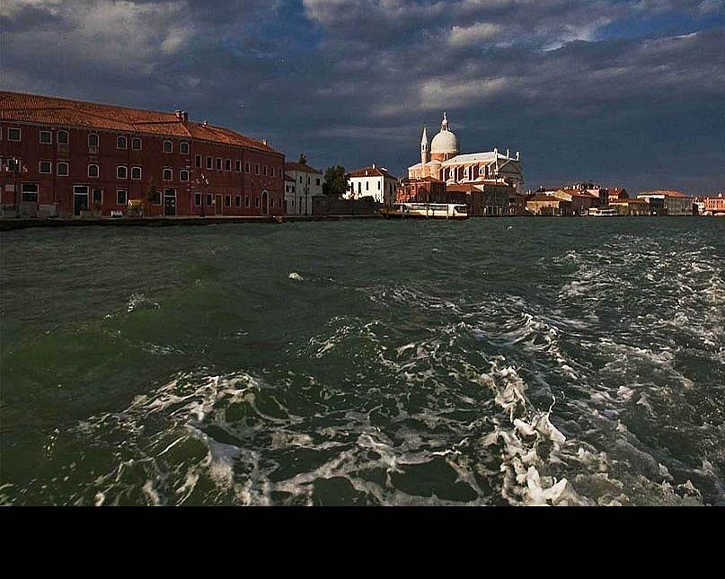 Сирокко - ветер удушающий, обжигающий, несуший Мор (Холеру, Чуму), идет на Венецию, скрывающую реальное положение дел...