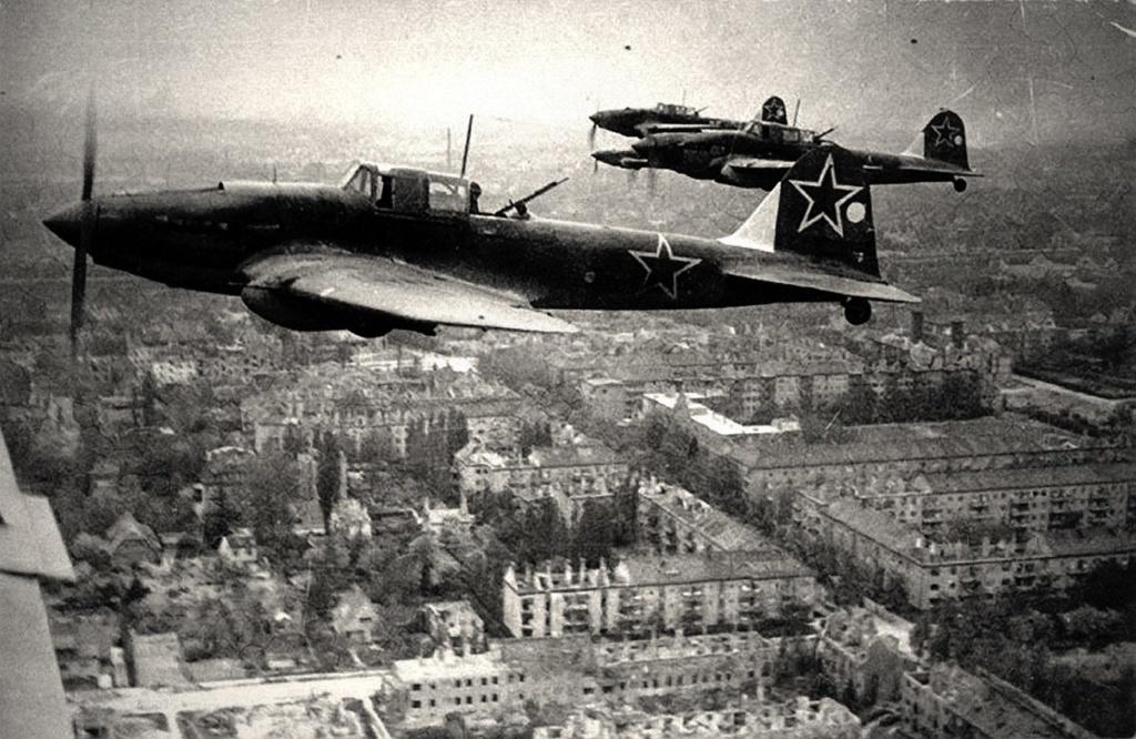 Советские штурмовики ИЛ-2 над Берлином, 1945 год. (Waralbum.ru)