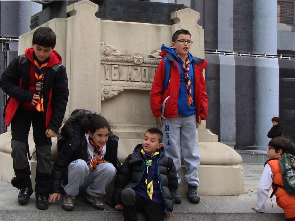 Постамент памятника Веласкесу и дети, которые всегда дети, даже эти - с нашейными платками, повязанными в виде галстука...