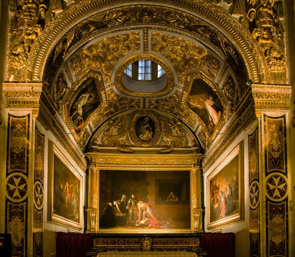 Мальта. Столица Ла-Валетта. Интерьер собора Святого Иоанна.  В центре - огромное полотно Караваджо «Усекновение главы Иоанна Крестителя». 1608.