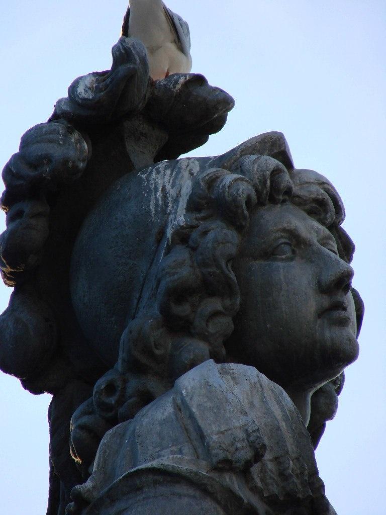 Конная статуя Людовика XIV, что установлена на площади Лувра. Статуя эта обозначает точку начала так называемой ИСТОРИЧЕСКОЙ ОСИ ПАРИЖА, но дворец не выровнен по ней.