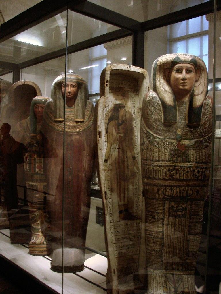 """Антропоморфныые деревянные саркофаги для знати (""""простых богатых людей"""" - сообщают аннотации). Новое царство. Умершим клали статуэтки ушебти, чтобы они выполняли всю сложную работу за них, в загробном мире."""