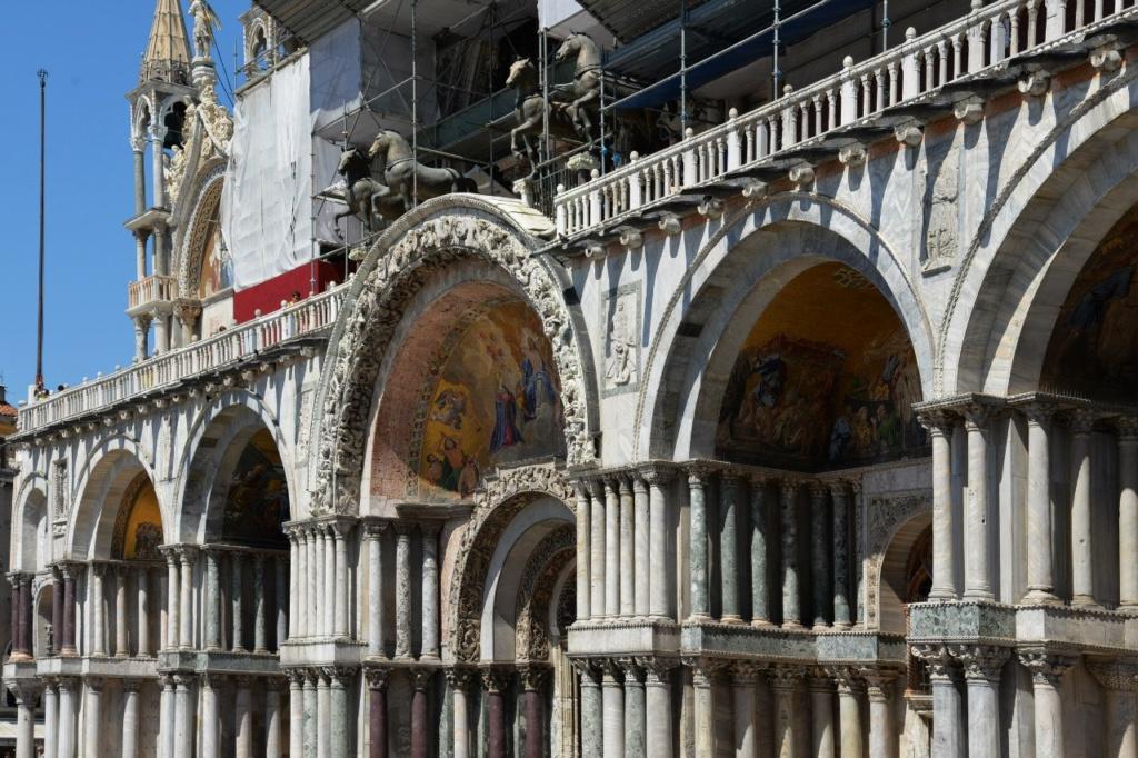 Собор Сан-Марко. Вспоминаю свое посещение Венеции и сама себе завидую: я стояла та террасе с четверкой коней, а внизу шумел Венецианский зимний карнавал - февральский.