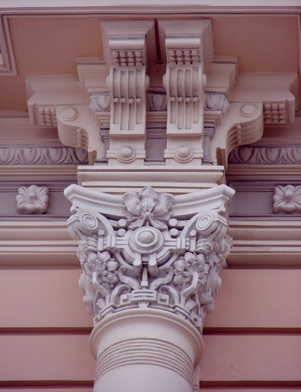 Рига. Доходный дом. Улица Альберта, 13. Арх. М. О. Эйзенштейн. 1904. Капитель колонны, поддерживающей блок из четырех кронштейнов. Фото Марины Бреслав