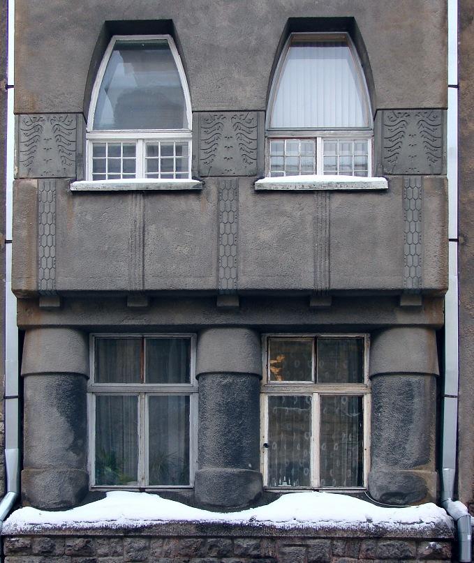 Рига, Доходные дома. Улица Альберта, дом 11. Арх. Эжен Лаубе. В общем плане - Северный модерн, по-лифляндски стиль называют Национальной романтикой. Фрагмент с двумя уровнями фасада. Фото Марины Бреслав