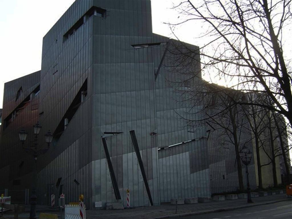 Берлин. Еврейский музей. Фрагменты стен с окнами...