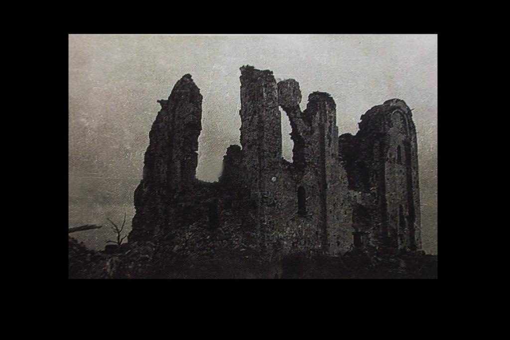 Великий Новгород. Храм Спаса на Нередице на правом берегу Волхова, напротив Юрьева монастыря, что на левом берегу. В 1941 году огнем немецкой артиллерии, бившей из монастыря, храм превращен в руины. Уцелело 40 % кладки и 15 % фресок.