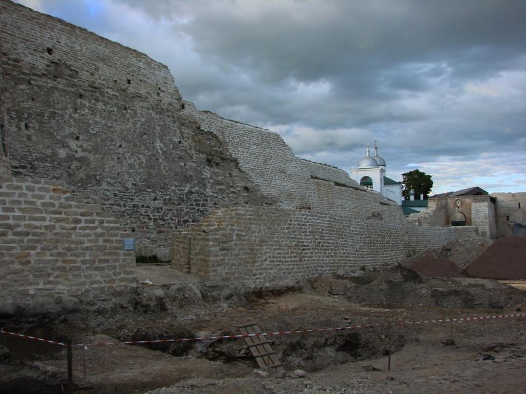 """""""Новостройка"""", в которую превращена древняя Изборская крепость..."""