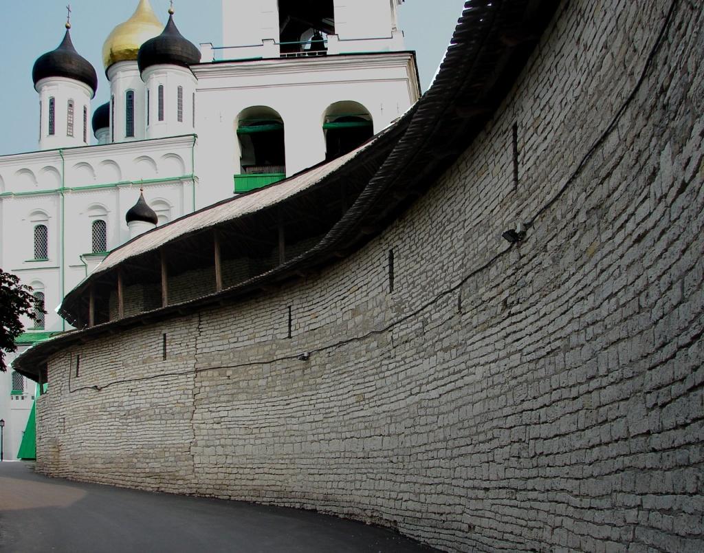 «Захаб» - узкая дорога в крепость - на фоне Троицкого собора и Колокольной звонницы