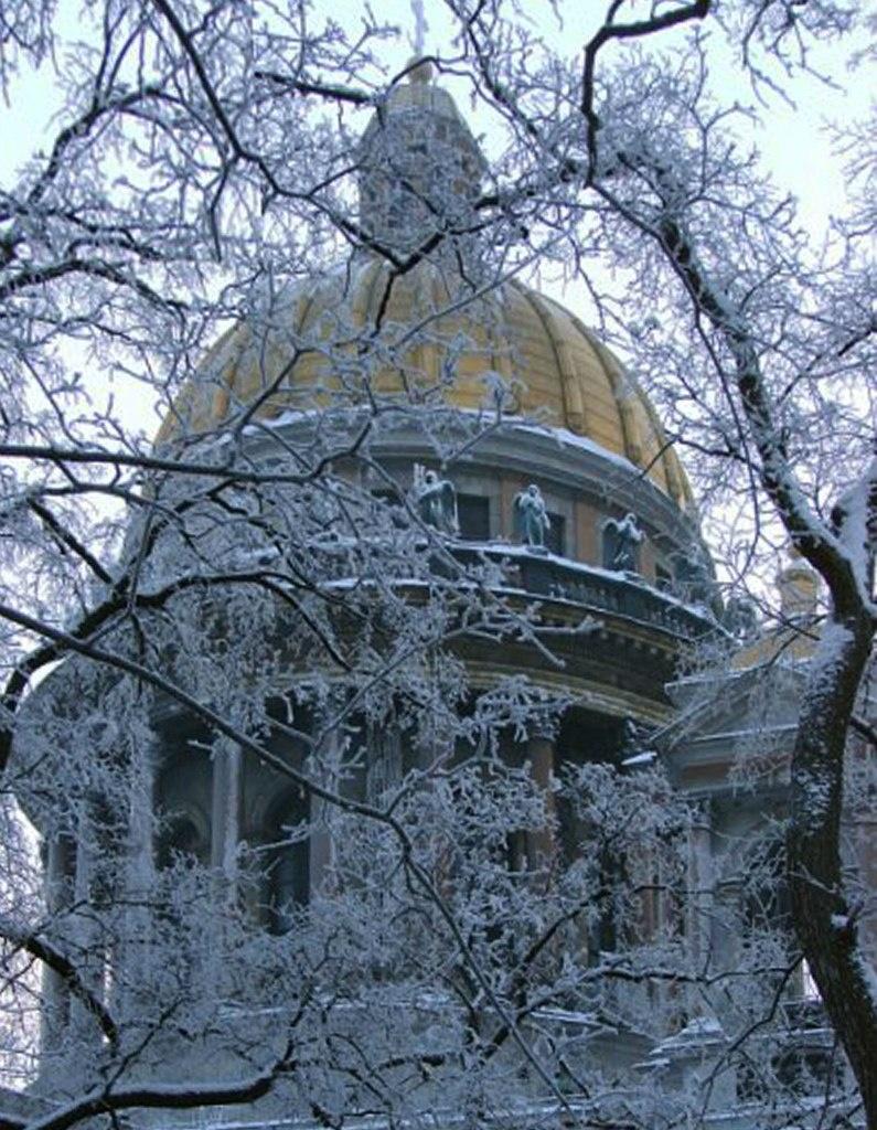 Исаакиевский собор. Арх. О. Монферран. 1818-1858. Вид на купол на высоком многоколонном барабане с хороводом ангелов, славящих заветы Небес...