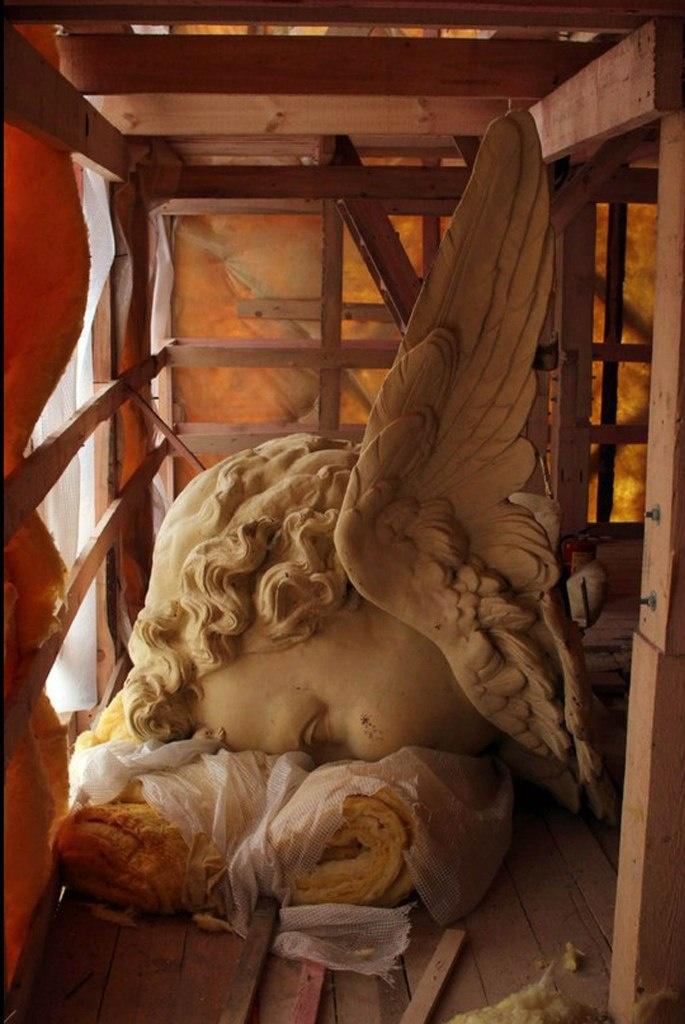 И это тоже пример, не подумайте, совсем не плохого отношения к ангелочку, у него же два крыла, иначе его на подмостки не положить...